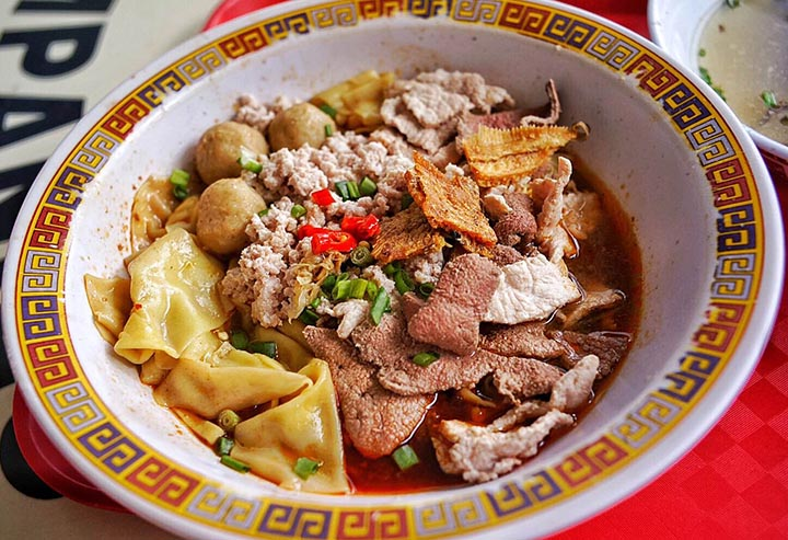 A bowl of minced pork noodles costs just S$5 (HKD29) at Tai Hwa Hill Street Pork Noodles in Singapore, one of two street food stalls in the world to receive Michelin stars