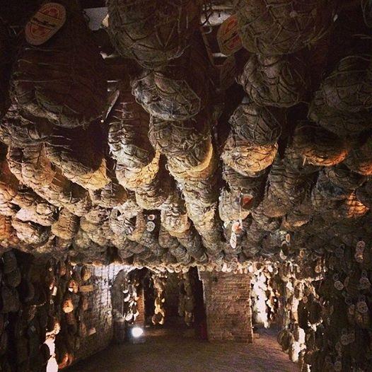 這個火腿窖有700年歷史,裡頭微生物的豐富性對火腿發酵起一定作用,最終為火腿帶來獨特的美味。