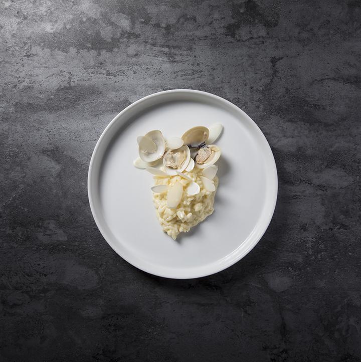 WHISK 的 Bianco,以意大利飯配白蘆筍和蜆肉而成(圖:WHISK )