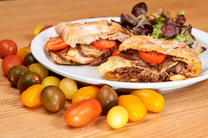 燴牛肋三文治夾着營養豐富的番茄,更顯健康。(圖:永健坊餐廳)