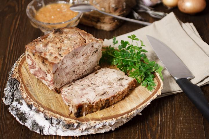 肉醬經過重物壓成塊狀後,即可切片食用。