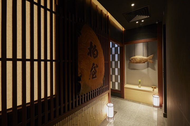 柏屋的食材、餐具都由日本直送,連招牌也是由 300 年的櫸木樹製成,由京都大德寺的住持題字。(圖:柏屋)