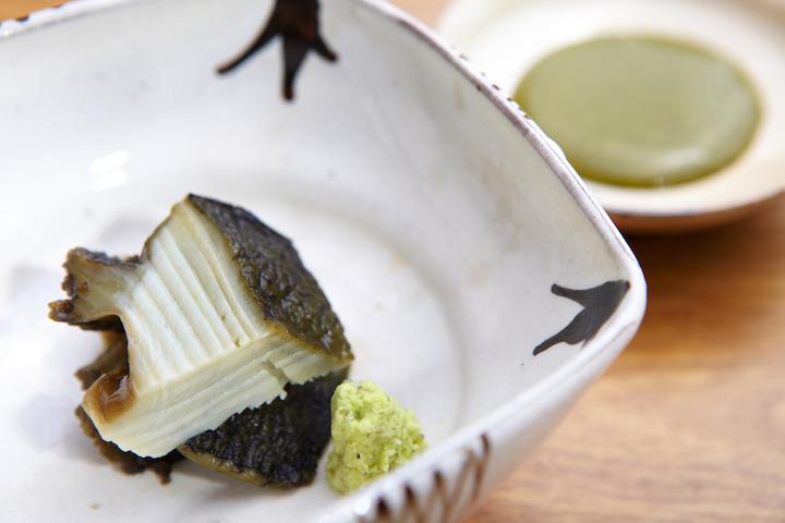 清酒蒸鮑魚是志魂叫人津津樂道的菜式之一,鮑魚花上四小時蒸軟,配上以鮑魚肝做成的醬汁。