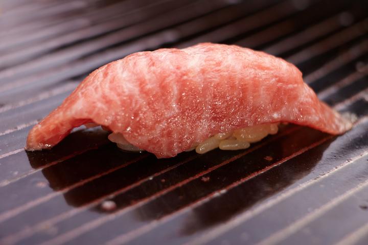 志魂製作的是江戶前壽司,米飯混以自己調的紅醋,魚食材都是野生漁穫。