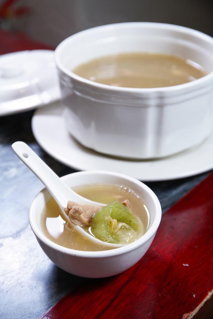 陳勤記供應過百款潮式小菜,包括家常的鹹菜胡椒燉豬肚湯。(圖:黃健峰)