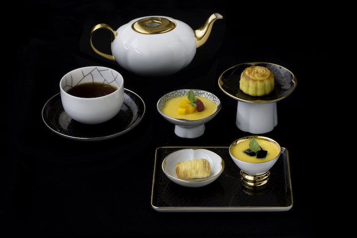 起鳳芒果布甸、秋南瓜露涼粉、半島奶皇月餅和甘香安納卷筒,組成甜品,用上高足碗,呈現高低錯落的效果。