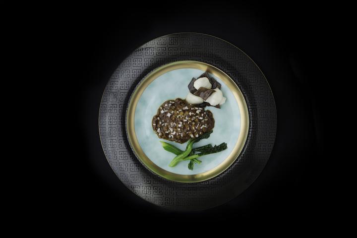 滋味醬燒三陸產活黑鮑魚中,碟中央是玉色,以金邊點綴,顏色的衝擊,讓人想到東方的奢華。