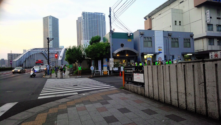 Tickets of the tuna auction will be distributed at Fish Information Centre in Harumi-dori. (the blue building in the picture)