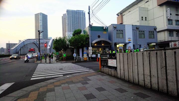 圖中藍色的大廈,便是取吞拿魚拍賣會入場劵,位於晴海通的鮮魚普及中心。(攝影:小山)