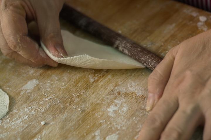 「阿純山東餃子」的餃子皮,也是自家製作。(攝影:黃健峰)