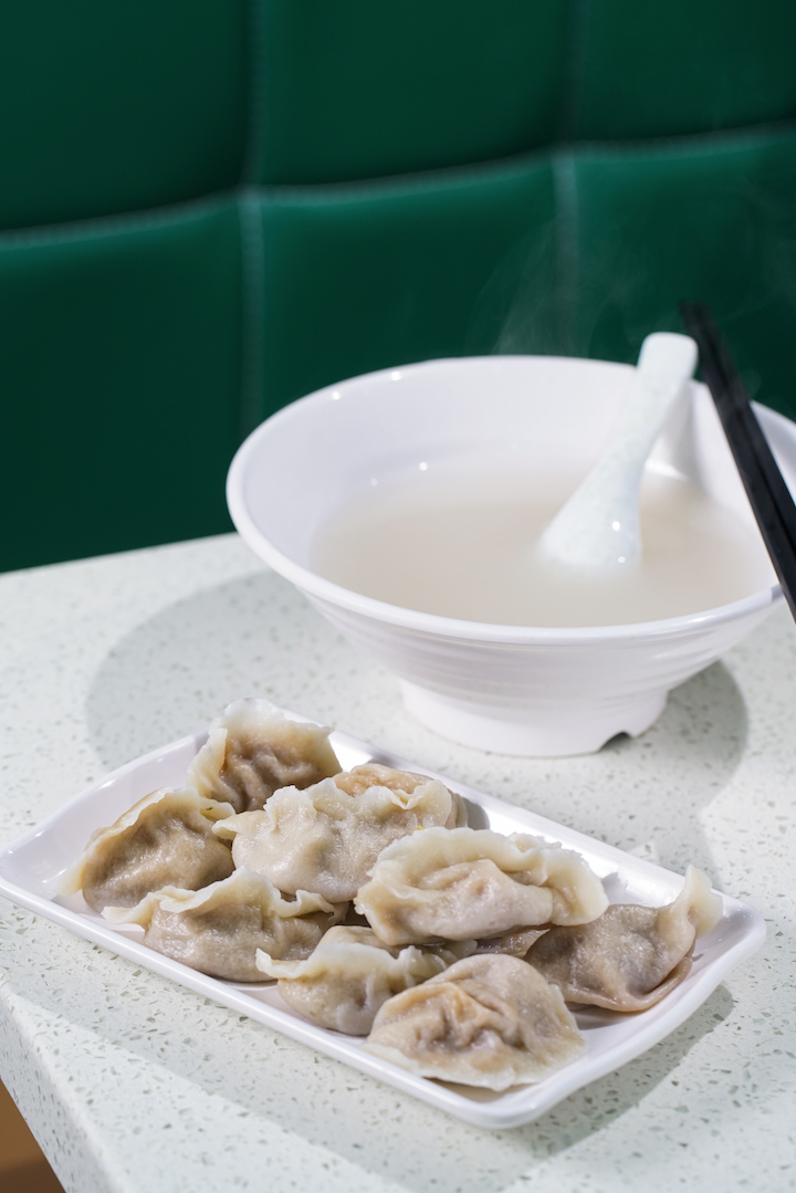 山東食客吃餃子,會同時來一碗煮餃子的「麵粉水」,幫助消化。(攝影:黃健峰)