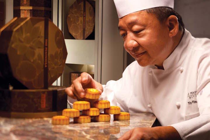 有份參與創作奶黃月餅的葉永華師傅。