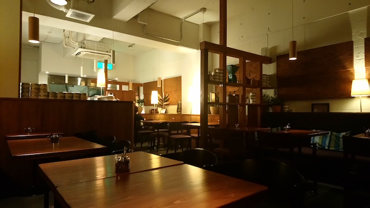 Sanjikken's dim atmosphere conveys a sense of warmth.