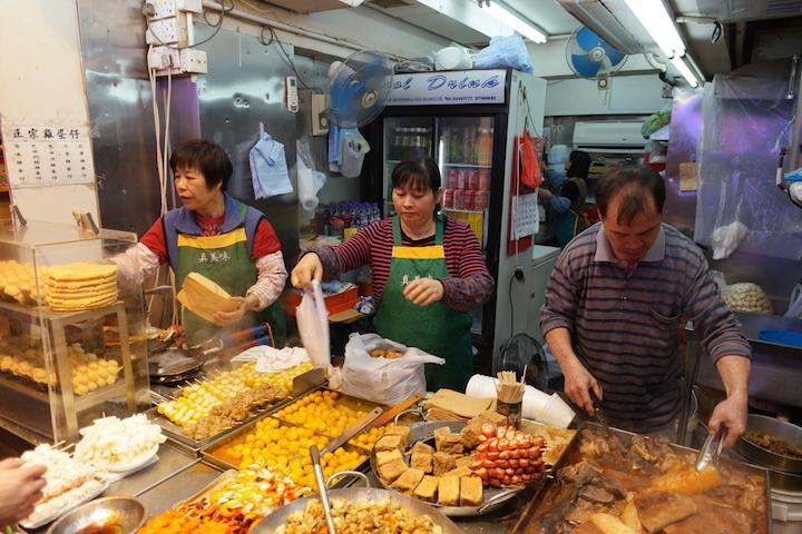 在街頭小吃店點餐,緊記要快,事先想好吃什麼、準備好零錢是必須。