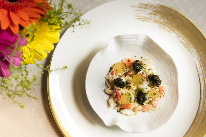 帝王蟹與蝦清湯果凍、俄羅斯魚子醬和青檸皮。