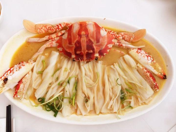 大班樓名物「雞油花雕蒸花蟹配陳村粉」,以粵菜技法將本地海鮮的優點發揮得淋漓盡致,叫人百吃不厭。