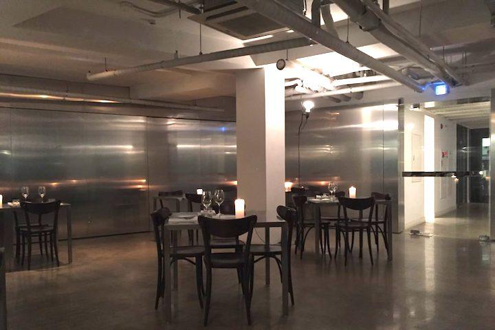 Zero Complex 室內裝潢,走明亮簡潔的金屬感風格。