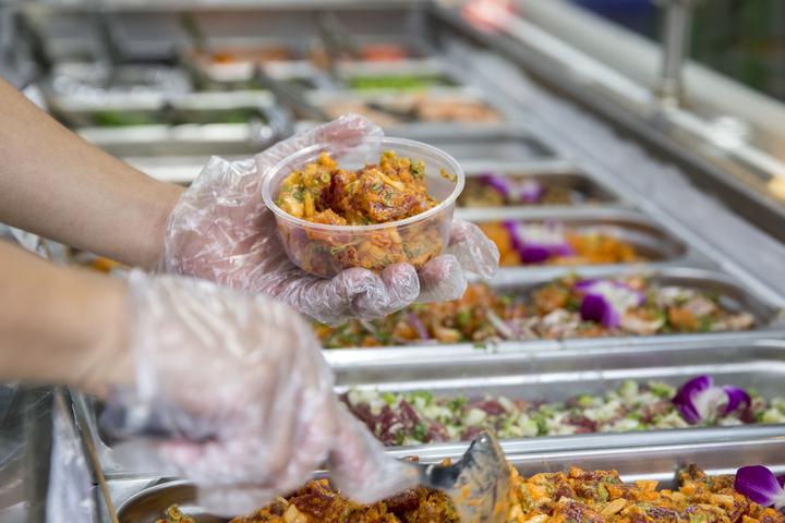 在夏威夷大多數的超市中,poke 按重量出售。