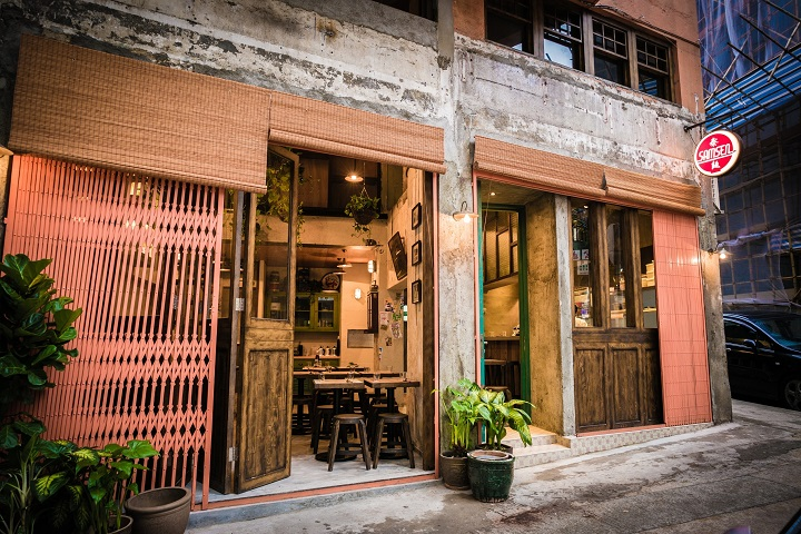 Samsen is located near the Blue House in Wan Chai, a Grade I Historic Building.