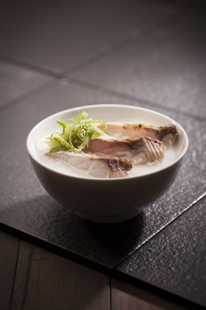 香滑魚腩粥,滑溜的鯇魚腩令粥底添上魚油的香與鮮,而且魚腩啖啖肉,香滑可口。