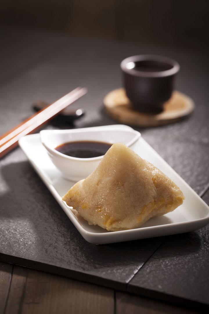 靠得住鹹肉粽,另一招牌佐粥小食,每日限量製作,而綠豆和糯米以 7:3 比例,軟糯可口。