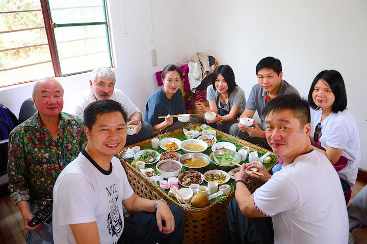 与众团员共享「野菌农家宴」。