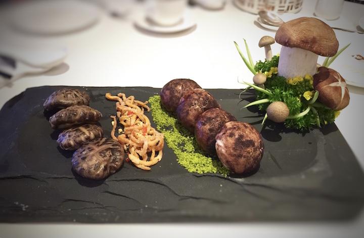 从云南之旅获得灵感而创作的菜式「绿萼红梅鸳鸯菌」。 (摄影:邬智明)